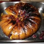 Une magnifique courge musquée, mise toute entière au four + grill, de retour du marché. Environ 1 heure à 200°C (vérifier la cuisson en piquant dedans. C'est dur : pas cuit; c'est mou : on sort du four !). A mi parcours de cuisson, recouvrez simplement la courge de cranberries. Coupez en tranches tout à la fin. Ici, elle est servie froide.