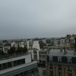 On distingue à peine la Tour Eiffel, au fond à gauche, dans le brouillard...