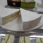 Du brie parfumé soit aux olives, soit aux 5 baies. Ces fromages ne tutoient pas les sommets gustatifs mais ça change.
