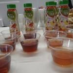 """Pour une fois, une boisson au thé vert aromatisé plutôt réussie. Evidemment, les amateurs de """"vrai"""" thé vert bondiront d'agacement, les autres continueront de trouver quand même le goût un peu """"fade"""", mais bon, ça se laisse boire."""