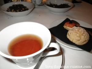 Thé wulong fruits rouges + sablé noisette et saumon fumé au wasabi, et chou à la crème de framboise.