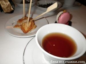 Thé des neiges éternelles + suprême de volaille et macaron au chocolat au lait.