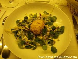 Un oeuf mollet frit sur salade. Délice.