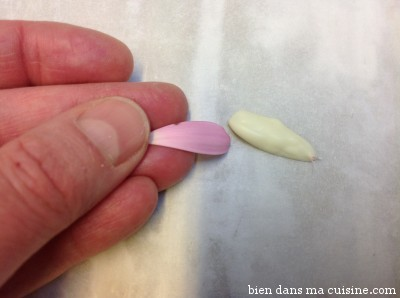Le chocolat blanc a séché sur les pétales (lors d'un petit passage au frigo histoire d'accélérer le mouvement). On retire délicatement le chocolat des pétales. Non, ça ne se casse pas.