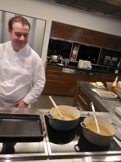 """Laissez le temps aux pâtes de devenir bonnes ! C'est-à-dire de s'imprégner tranquillement des parfums du bouillon. Rajoutez une louche de liquide seulement lorsque les pâtes ont """"bu"""" entièrement la précédente. Comme un risotto, quoi !"""