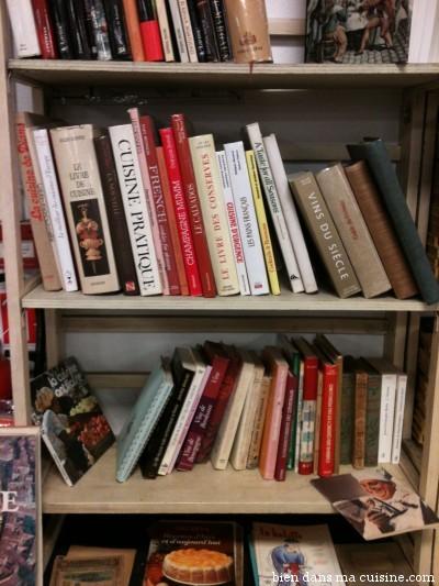 Il faut prendre son temps pour farfouiller dans les innombrables bibliothèques de fortune et sur les tables.