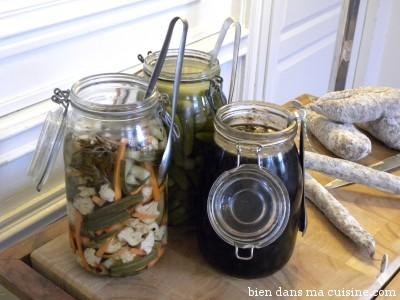 Pickles, cornichons, olives noires fermentées : l'apéro probiotiques par excellence ! ça n'empêche pas de manger une tranche de bon saucisson !