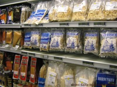 Dans un supermarché en Islande. Des poissons comme produist de snacking !