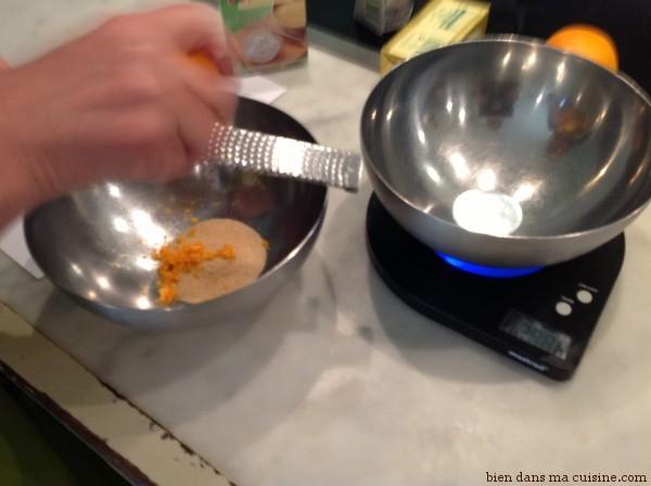 Commencez par râper le zeste.