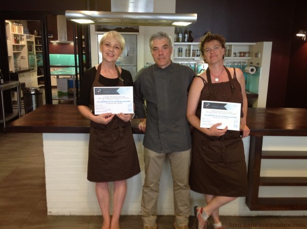 Anne Dufour (à droite), Jean-Luc Charles (chef à l'Atelier des sens) et Catherine Dupin (à gauche) posent après la remise des diplômes de la Cooking Academy de Paris.