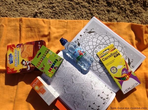 """La page de droite a l'air plus facile que la page de gauche, non ? Piquez les biscuits Carrefour Kids à vos enfants pour rester bien concentré et ne pas """"dépasser"""". Avec leurs crayons de couleur, tant qu'on y est. Il n'y verront que du feu, ils font des châteaux de sable..."""