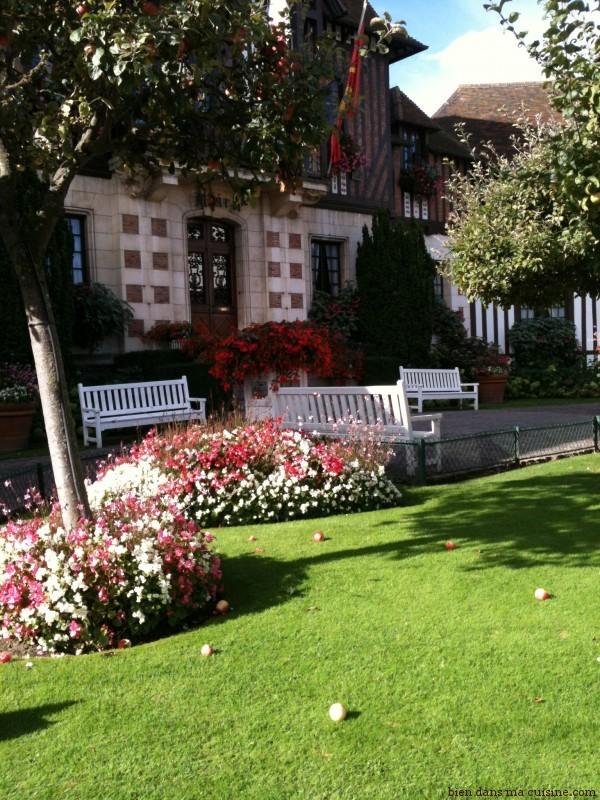 """La mairie de Deauville. Evidemment, des pommiers en """"déco"""" et, évidemment, des pommes sur l'herbe bien verte et bien grasse. Aucun doute : nous sommes bien en Normandie !"""