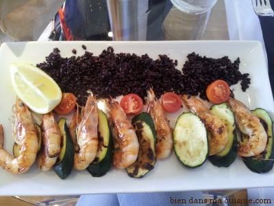 Gambas, riz noir vénéré, courgettes grillées