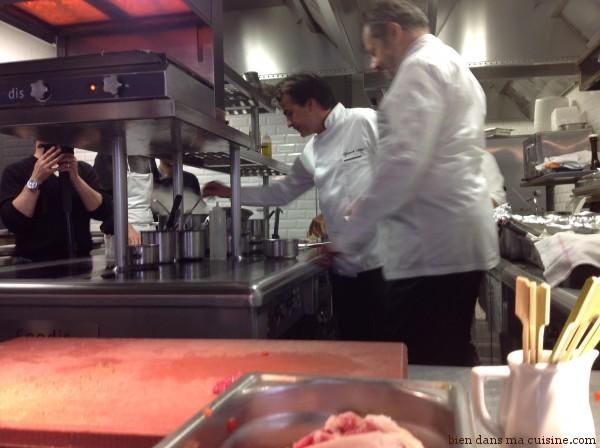 En cuisine avec Yannick Alleno (tout au fond, en pleine action !)