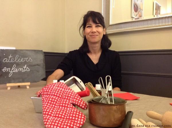 Nathalie Politzer, responsable formation et projets pédagogiques à l'Institut du goût. Elle propose de respirer l'un après l'autre deux flacons et... surprise !