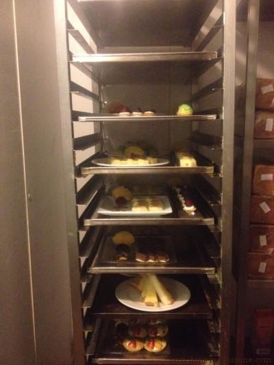 Une partie du buffet des desserts en attente en chambre réfrigérée.