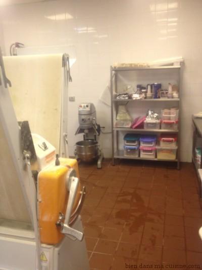 A gauche, une machine pour étaler les pâte (tartes...). C'est très artisanal, contrairement à ce que l'on image souvent !
