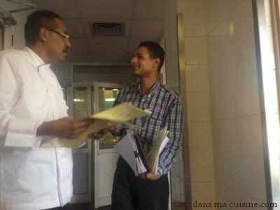 Le chef Ahmed Yassin est très respecté et très consulté. Ici, il constitue un dossier pour le choix des motifs en chocolat sur les pâtisseries prévues pour la semaine de Noël.