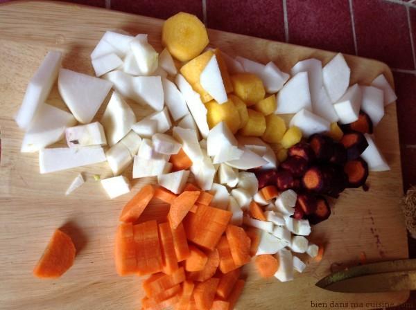 Pendant que le chou cuit tranquillement dans l'eau bouillante, épluchez et détaillez les autres légumes.