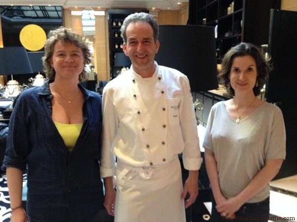 Bien dans ma cuisine avec le chef Hubert Hohler. De gauche à droite : Anne Dufour, le chef, Carole Garnier)