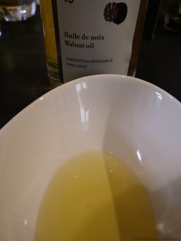 L'huile de noix se consomme exclusivement crue, dans la salade. Ne la faites jamais chauffer, malheureux !