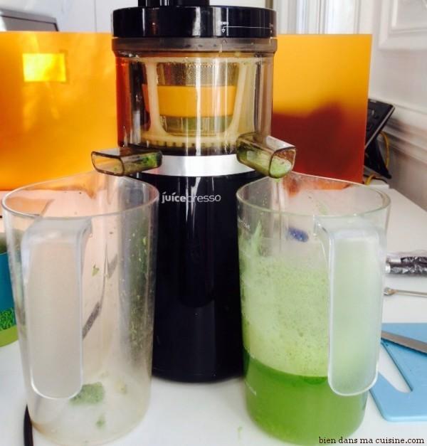 """4) Hop dans la machine ! 0 droite le jus, à gauche la pulpe, que l'on ne consommera pas. Ce qui explique qu'un tel jus soit moins plus digeste que ceux """"avec pulpes"""" (donc avec fibres)."""