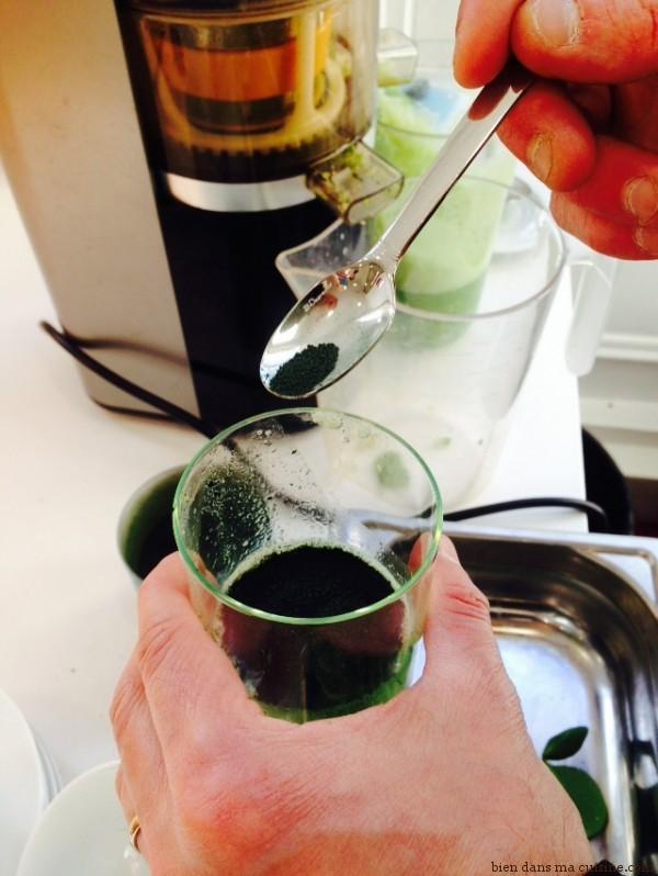 5) J'ajoute une petite cuillère de spiruline en poudre