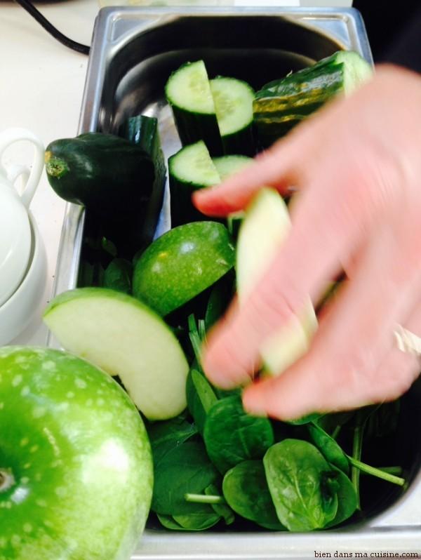 3) Et puis des quartiers de pommes non épluchés aussi (épépinés, en revanche).