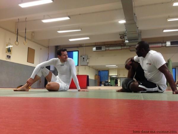 Raphaël Gruman avec son coach sportif Jean-Louis Mbongo - le fondateur de l'école française d'Arts Martiaux MB Academy - en pleine séance d'entraînement (bon, ok, là il se repose ;-)