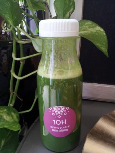 Un jus vert issu de la gamme Détox à base de kale, d'ananas, de lucuma, de pomme et de citron vert.