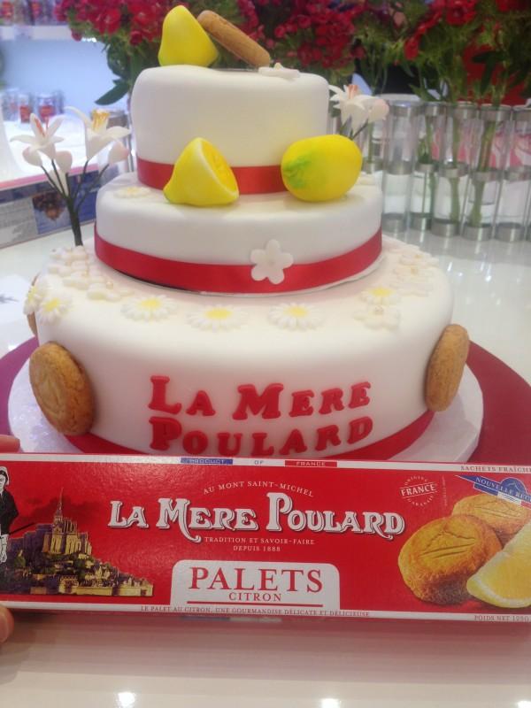 Ma pièce montée avec 1 génoise citron et une autre chocolat, déco palets au citron Mère Poulard.