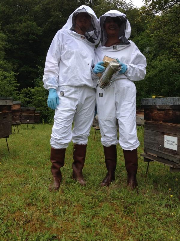Avec Sophie Pensa, du blog Homéo Malin, je suis allée voir les ruches de la Famille Mary, qui fête cette année ses 95 ans d'existence. 3 générations d'apiculteurs, de père en fils ! Famille Mary, propriétéaire de ruches en Anjou et dans le Val de Loire, récolte et sélectionne des miels d'exception, de la gelée royale, de la propolis et des pollen de fleurs depuis 1921.