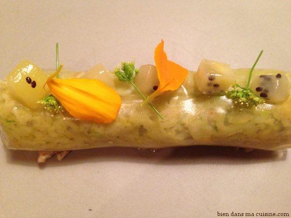 Cannelloni transparent de tourteau, avocat, kiwi, maquereau au sel, sommités fleuries de chou fleur.