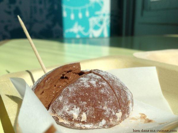 Mochi glacé au chocolat noir.