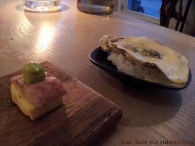 Amuse-bouches : hareng mariné sur carré d'omelette japonaise, et huître chaude avec une crème à l'orange