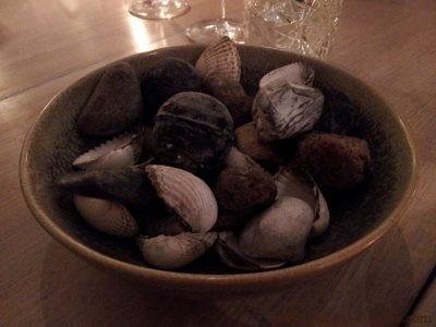 Suite des amuse-bouches : cherchez Charlie ! Ou plutôt, cherchez l'ingrédient comestible ! regardez bien : cachées parmi ces cailloux et coquillages, trois billes de pâte à choux recouverte de charbon alimentaire, et fourrées d'une préparation de crabe à l'aneth !